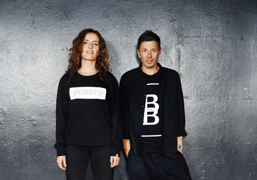 Beck To Beck Apparel Artwork: Michi Beck und Uli Beck vor einer Wand mit