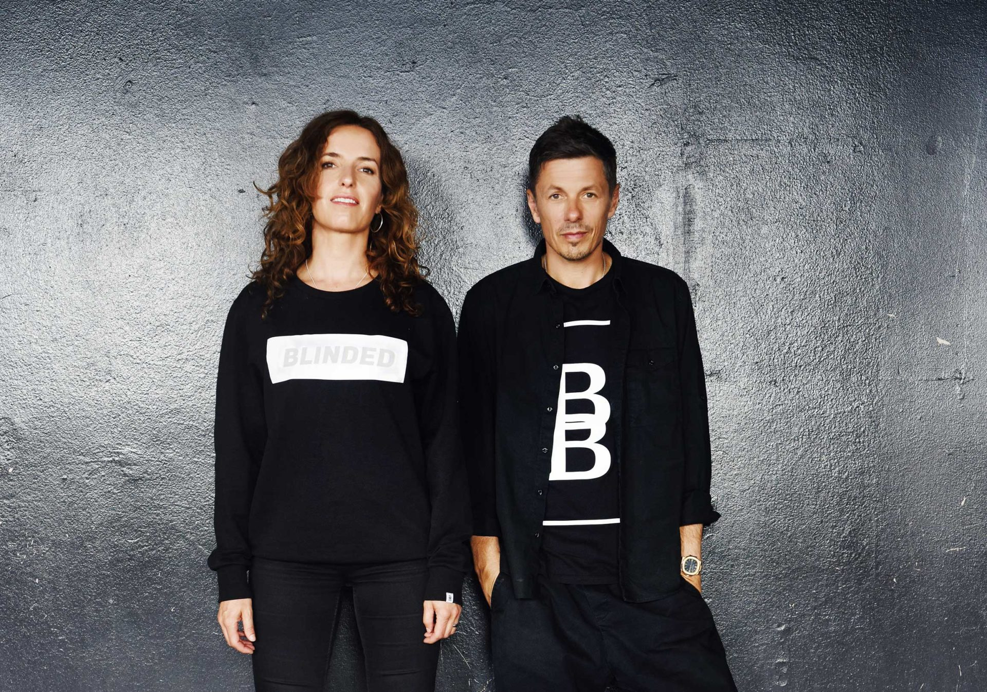 Michi Beck und Uli Beck vor einer Wand mit Beck To Beck Kleidung