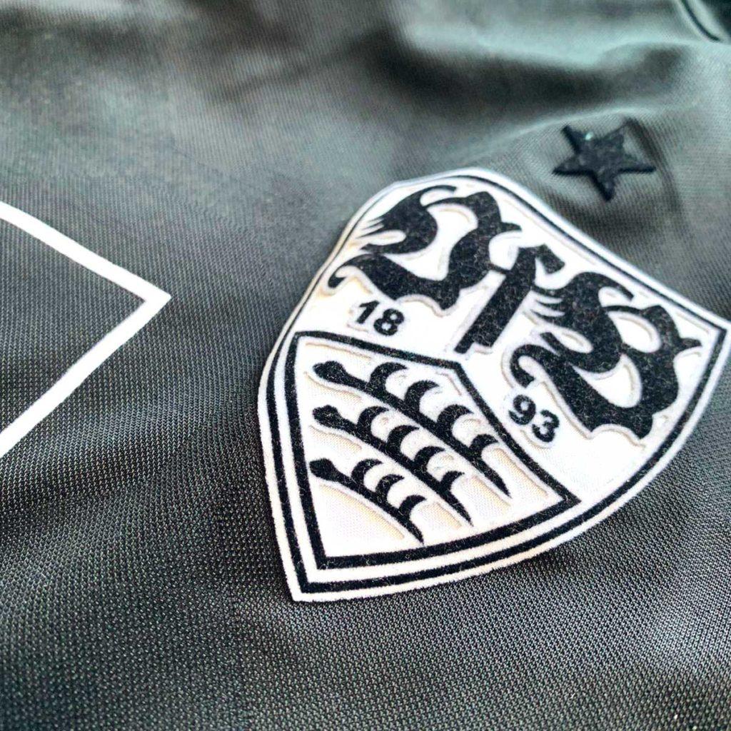 VfB Stuttgart Wappen auf Auswärtstrikot